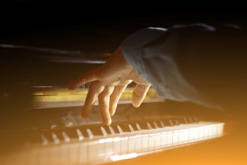 ??n mannelijke hand op de piano De palm ligt op de sleutels en speelt het toetsenbordinstrument in de muziekschool de student lee royalty-vrije stock afbeeldingen