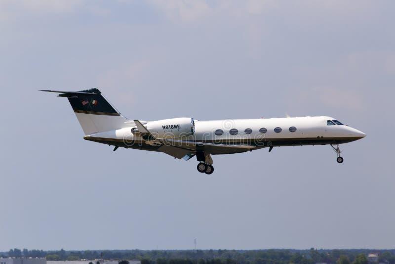 N818ME privé Gulfstream-Ruimte g-IV Gulfstream IV vliegtuigen die op de baan landen royalty-vrije stock foto's