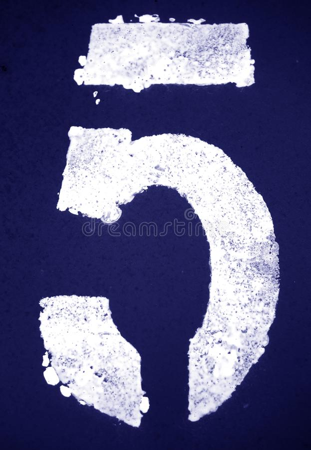 N?mero 5 en plantilla en la pared del metal en tono azul ilustración del vector