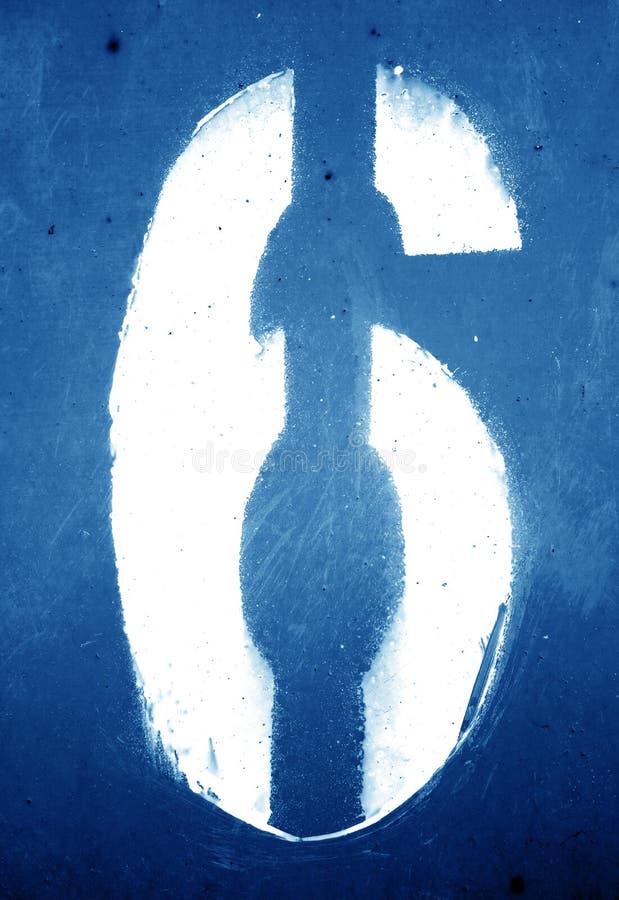 N?mero 6 en plantilla en la pared sucia del metal en tono de los azules marinos imagenes de archivo