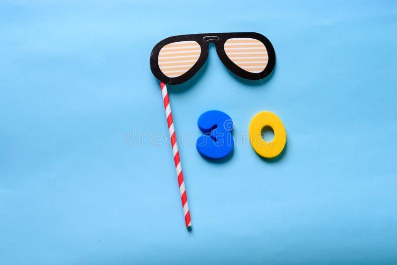 N?mero puesto plano de la visi?n superior y m?scara de papel linda del carnaval de las gafas de sol imagenes de archivo