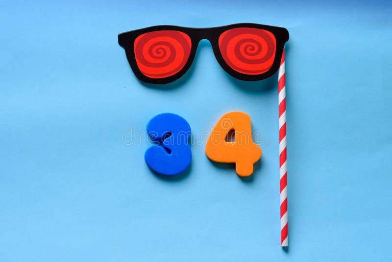 N?mero puesto plano de la visi?n superior y m?scara de papel linda del carnaval de las gafas de sol foto de archivo