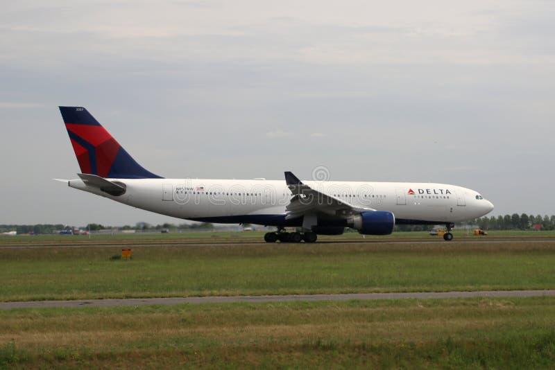 N857NW Delta Air Lines Airbus A330 Flygplan som landar på Polderbaan 36L-18R vid flygplatsen Schiphol i Amsterdam i Nederländerna royaltyfri bild