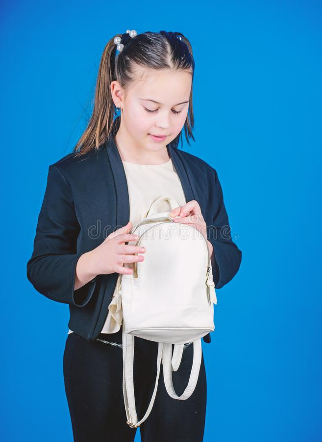 N?o esque?a sua trouxa Aprenda como trouxa apta corretamente O cutie elegante pequeno da menina leva a trouxa Mi?dos imagem de stock