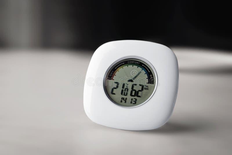 N?ra sikt av den elektroniska termometerhygrometeren fotografering för bildbyråer