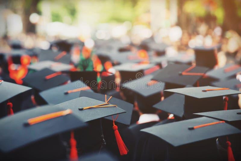 N?ra ?vre hattgrupp av kandidater under avslutning Begreppsutbildningslyck?nskan arkivbilder