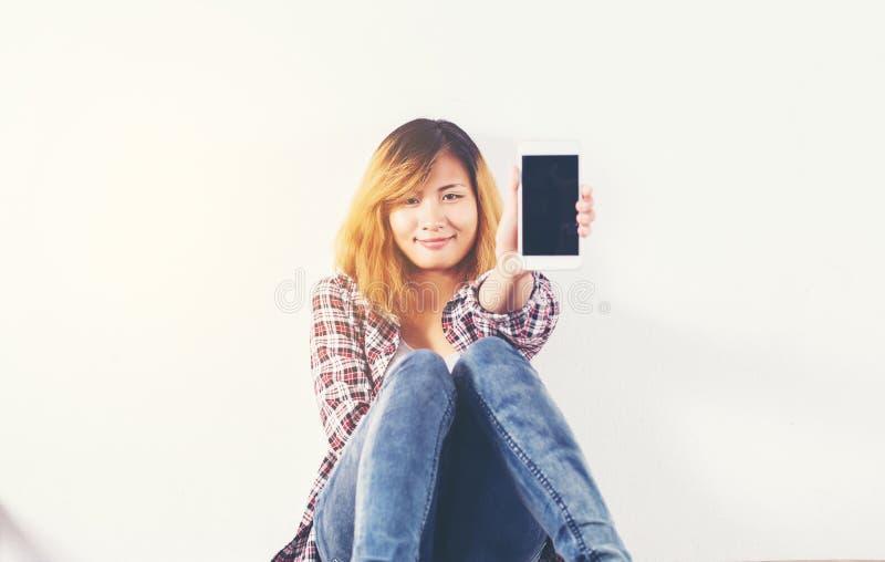 N?rbild av en kvinnamaskinskrivning p? mobiltelefonen som isoleras p? vit bakgrund, smartphone f?r hand f?r kvinna` s h?llande royaltyfri fotografi