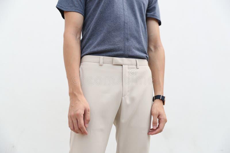 N?rbild av en stilig man i bl? skjorta och vit l?ng byxa royaltyfria bilder