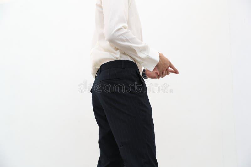 N?rbild av en stilig man i den vita V-ringningskjortan och svart l?ng byxa arkivbilder