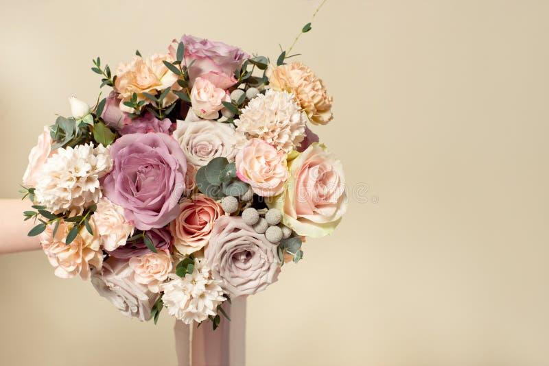 N?rbildbukett av blommor p? den runda vita tabellen inomhus royaltyfri fotografi