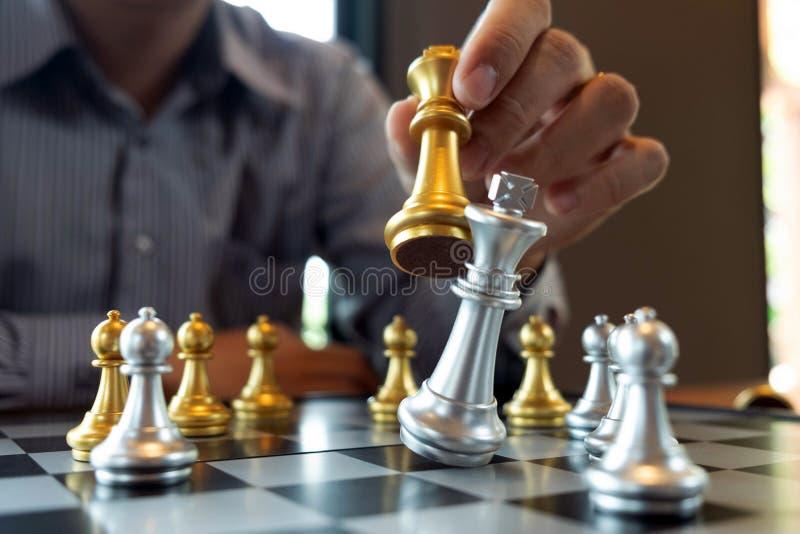 N?rbildfoto av schackmatta h?nder p? en schackbr?de under ett schack spelar begreppet av aff?rssegerstrategi segrar intelligen royaltyfri fotografi