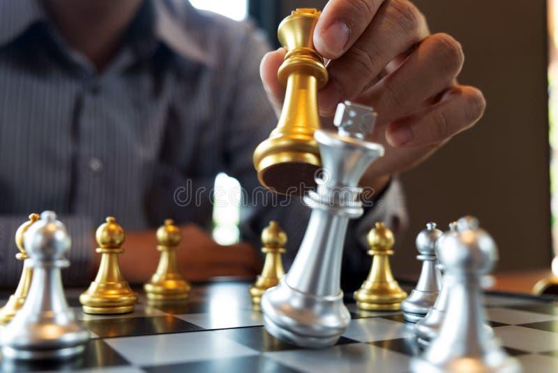 N?rbildfoto av schackmatta h?nder p? en schackbr?de under ett schack spelar begreppet av aff?rssegerstrategi segrar intelligen arkivfoto