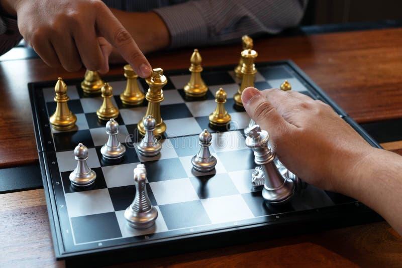 N?rbildfoto av schackmatta h?nder p? en schackbr?de under ett schack spelar begreppet av aff?rssegerstrategi segrar intelligen royaltyfria bilder