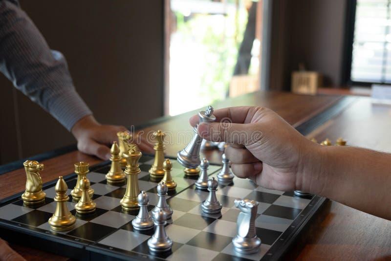 N?rbildfoto av schackmatta h?nder p? en schackbr?de under ett schack spelar begreppet av aff?rssegerstrategi segrar intelligen royaltyfri bild