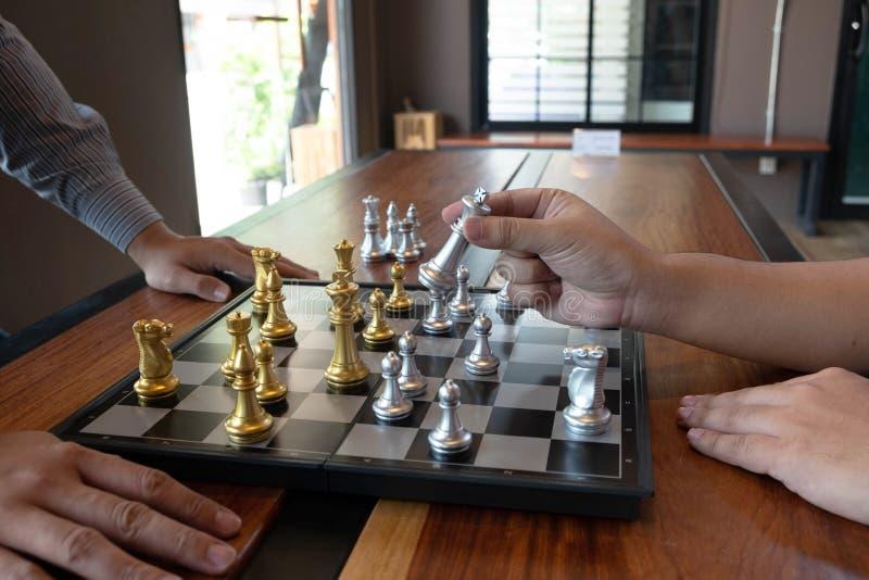 N?rbildfoto av schackmatta h?nder p? en schackbr?de under ett schack spelar begreppet av aff?rssegerstrategi segrar intelligen royaltyfria foton