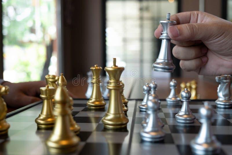 N?rbildfoto av schackmatta h?nder p? en schackbr?de under ett schack spelar begreppet av aff?rssegerstrategi segrar intelligen fotografering för bildbyråer