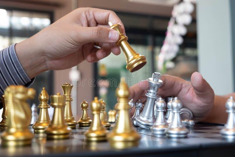 N?rbildfoto av schackmatta h?nder p? en schackbr?de under ett schack spelar begreppet av aff?rssegerstrategi segrar intelligen arkivbilder