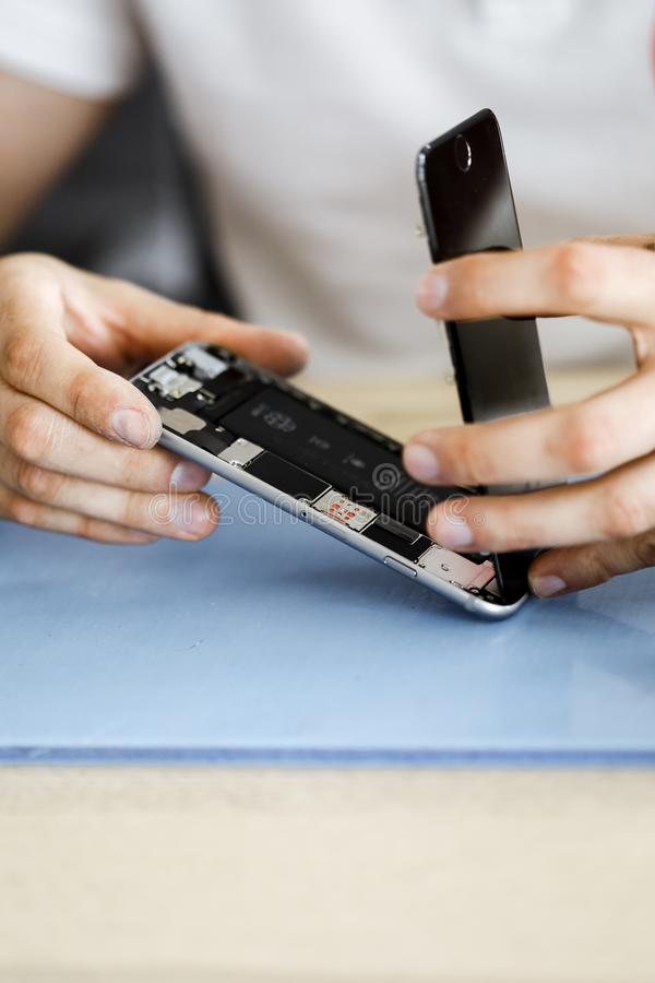 N?rbildfoto som visar process av mobiltelefonreparationen arkivbilder