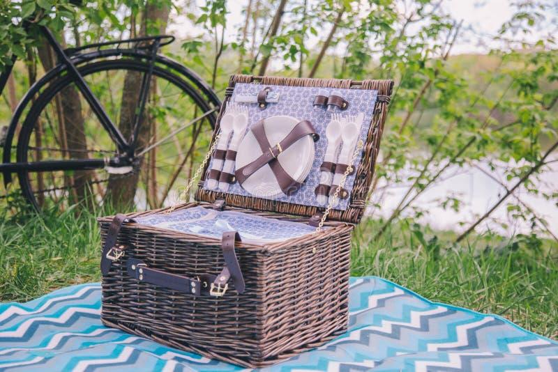 N?rbildresv?ska f?r picknick med platta- och matsalapparatkostnader p? den bl?a r?kningen p? gr?s p? naturen arkivfoton