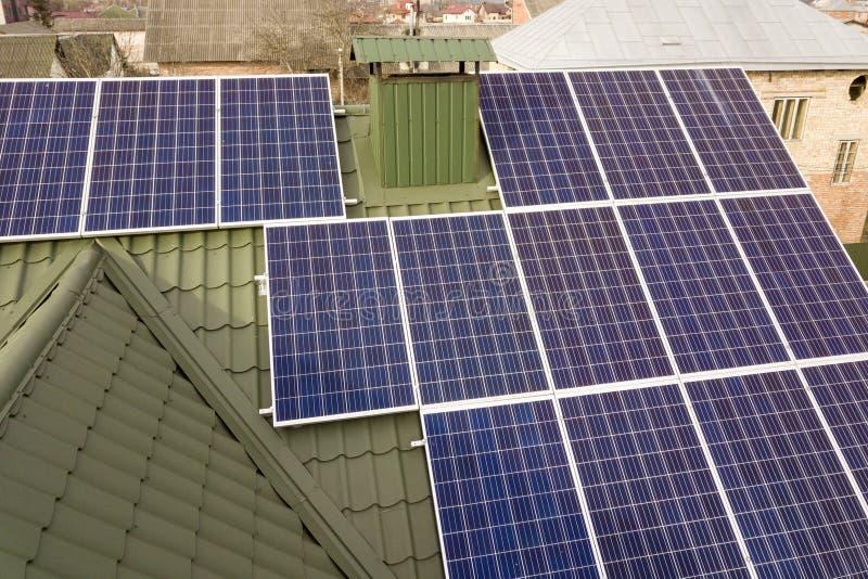 N?rbildyttersida av det galvaniska panelsystemet f?r bl?tt skinande sol- foto p? byggnadstaket F?rnybar ekologisk gr?n energiprod arkivbild