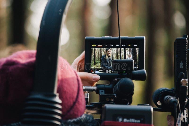 8 9 2017 N?rnberg, Deutschland: Hinter der Szene Filmteamteamschmierfilmbildungs-Filmszene auf Standort im Freien Gruppenkinosatz lizenzfreie stockfotos