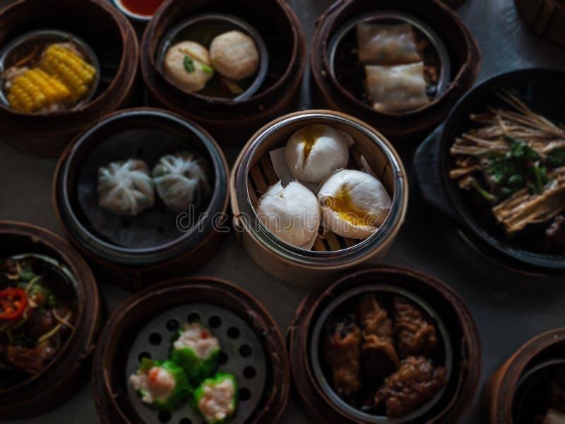 N selekcyjny odparowana materiał babeczka, Chiński jedzenie, Dimsum w bambusowym baske zdjęcie stock