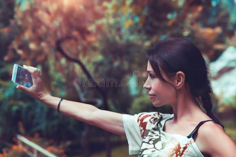 N?tt kvinna som g?r selfie royaltyfri foto
