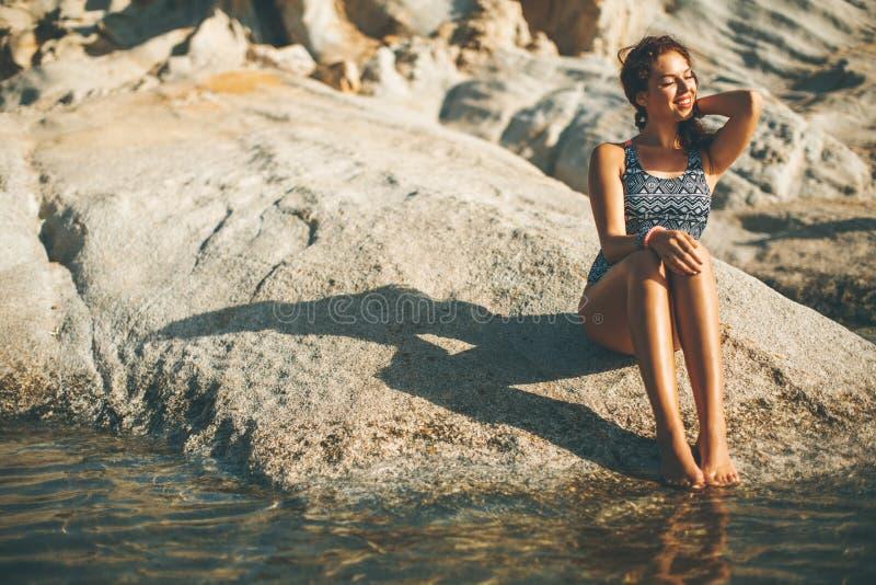 En ung kvinna på stranden i kusten arkivfoton