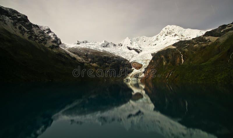 ¡N y Laguna Rajucolta, Blanca de Cordillera, Perú de Nevado Huantsà fotos de archivo