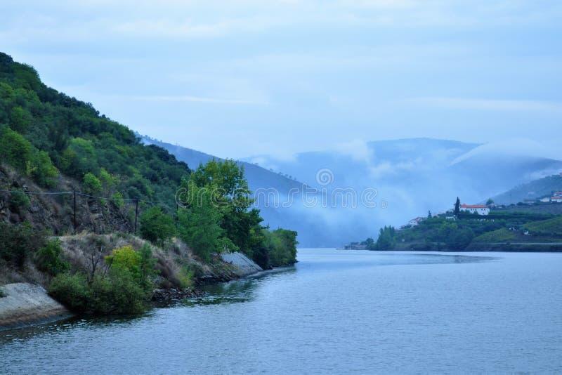 Naître à la rivière de Douro avec le brouillard photo libre de droits