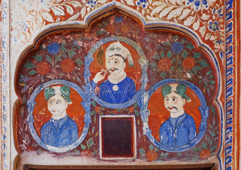 Naïeve fresko met drie Indische zakenlieden op achtergrond van historische muur van India royalty-vrije stock fotografie