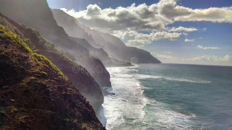 Na帕利海岸波浪和云彩 库存图片