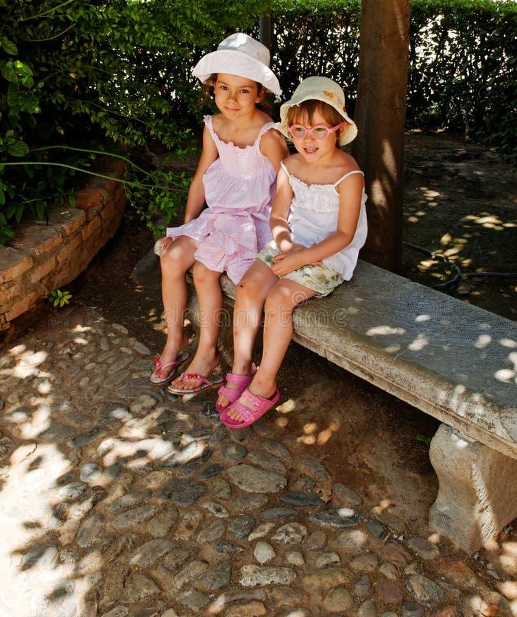 Na ławce śliczne dziewczyny obraz royalty free