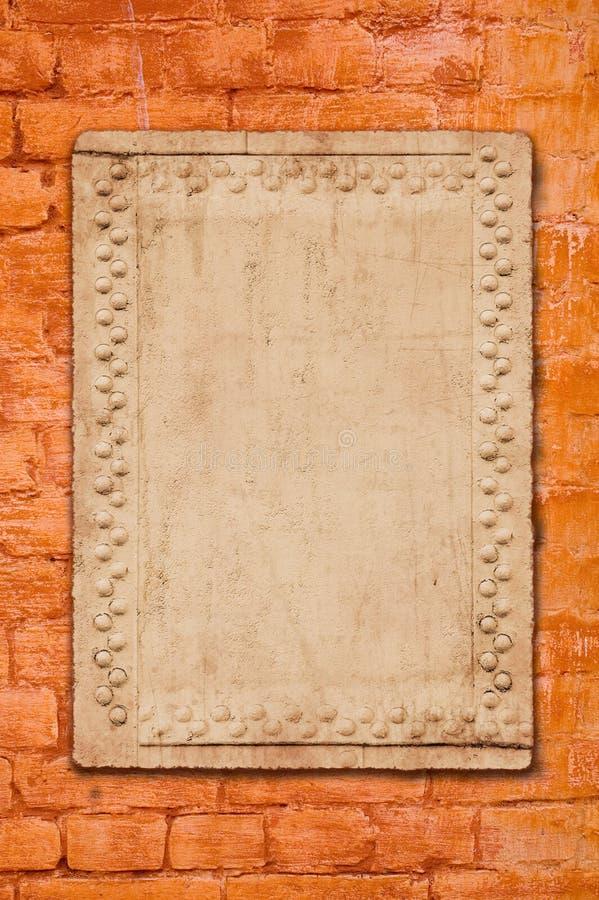 Na ściana z cegieł metalu talerz zdjęcie stock