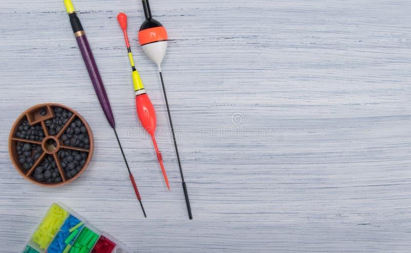 Na świetle - szary tło z miejscem dla inskrypcji na dobrze rozkładającej, pławik i sinkers, set rzeczy dla łowić, obraz royalty free