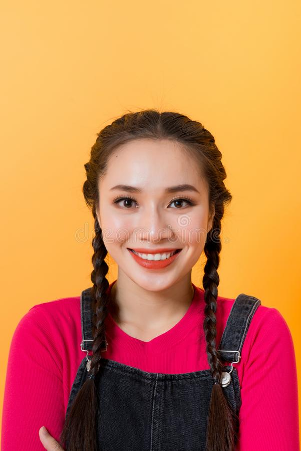 Na żółtym tle widać różne wyrażenia azjatyckiej dziewczyny, uosabiające urok Azjatek obrazy stock