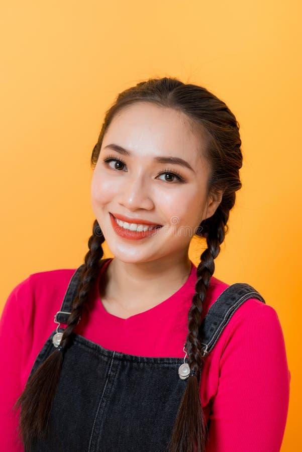 Na żółtym tle wyświetlają się różne wyrażenia azjatyckiej dziewczyny, uosabiające urok azjatyckich dziewczyn fotografia royalty free