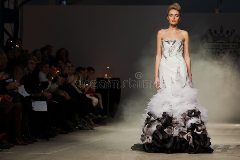 Na aura tout o desfile de moda 2012 do verão da mola do vu foto de stock