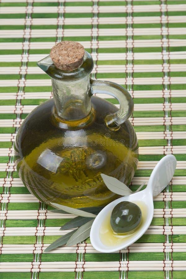Na bambusowej macie dziewiczy oliwa z oliwek zdjęcia stock