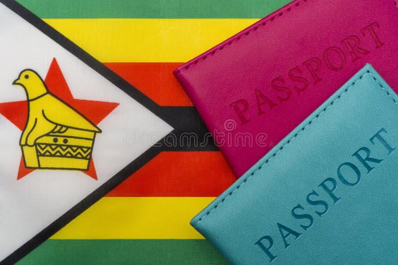 Na bandeira de Zimbabwe é um passaporte fotos de stock royalty free