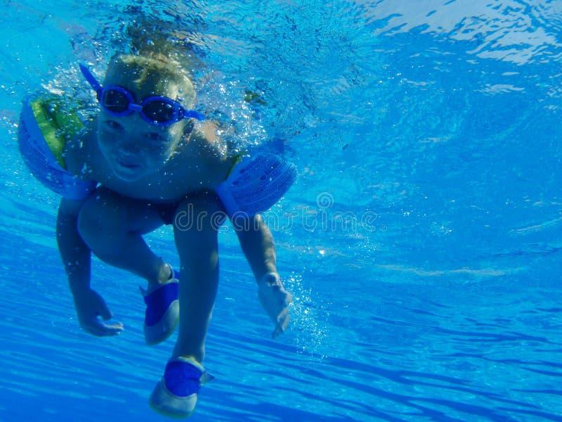 Na basenie szczęśliwy dzieci bawią się obrazy stock