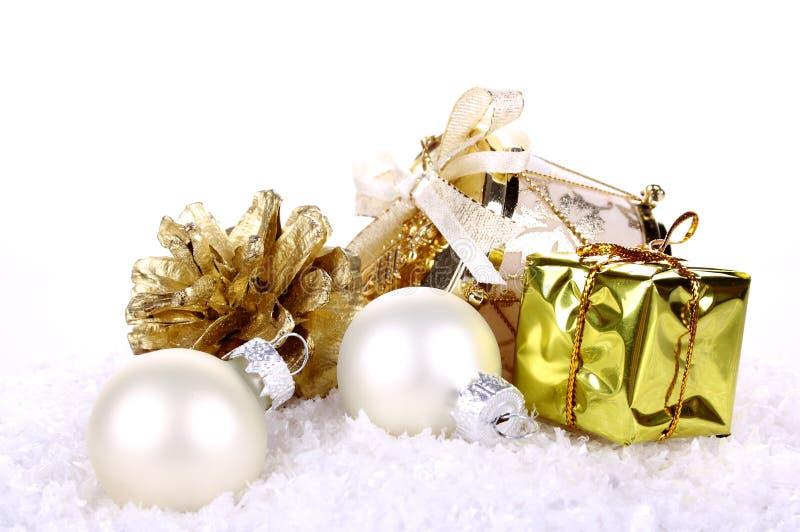 Na biały tle złota Bożenarodzeniowa dekoracja obraz stock