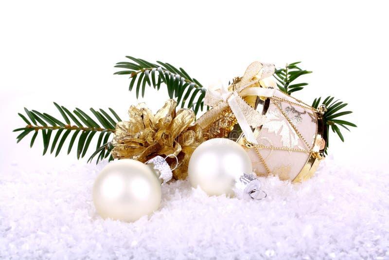 Na biały tle złota Bożenarodzeniowa dekoracja zdjęcia stock