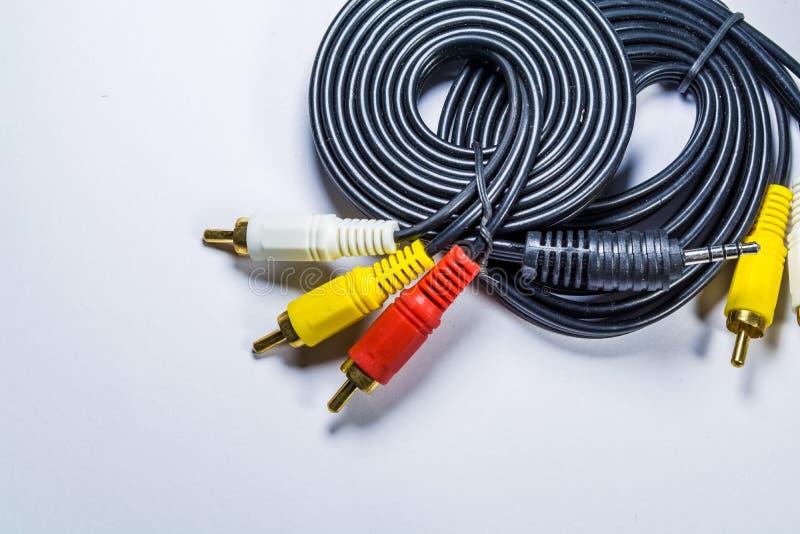 Na bia?ym t?o motku czer? kable z barwi? prymkami tulipanowymi technologie Multimedialny drut dla TV obraz stock