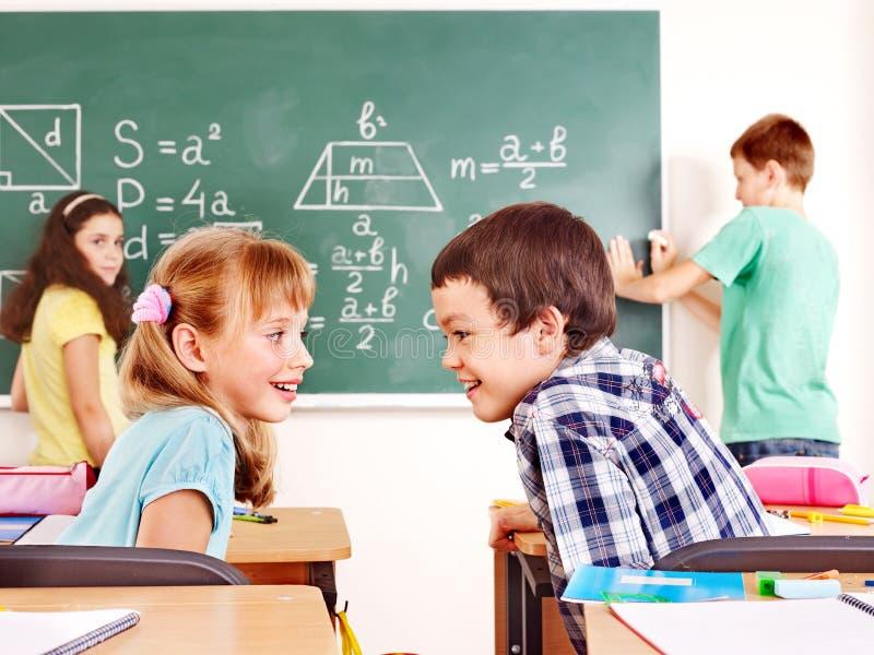 Na Blackboard Dziecko W Wieku Szkolnym Writing. Obraz Royalty Free