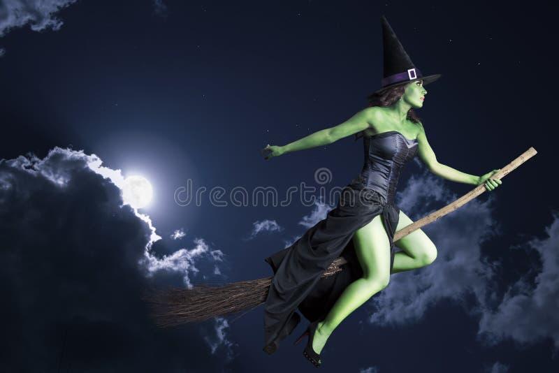 Na broomstick czarownicy halloweenowy latanie obraz stock