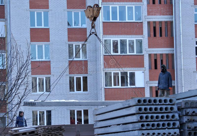 Na budowie mieszkaniowy dom, rozładowywa panel obraz royalty free