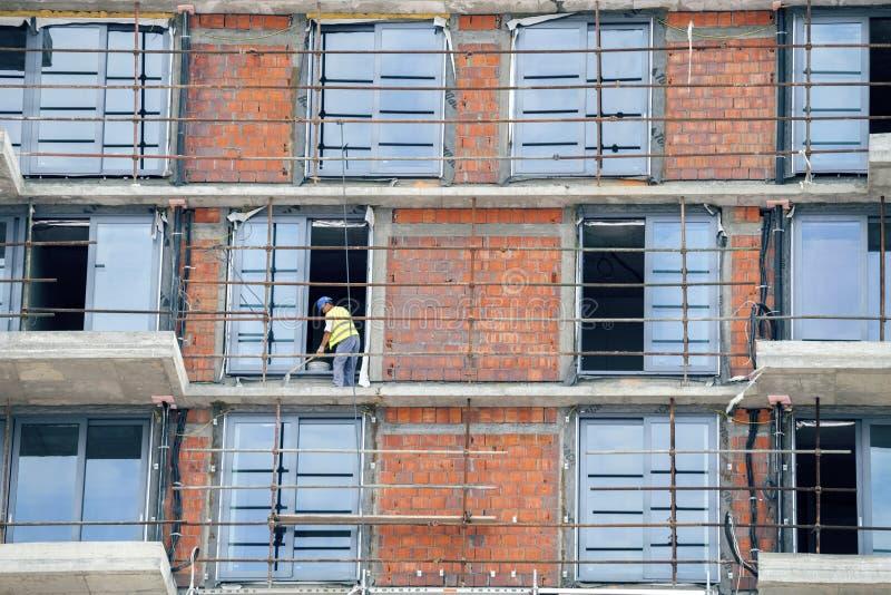 Na budowie pracownik budowlany działanie obrazy stock