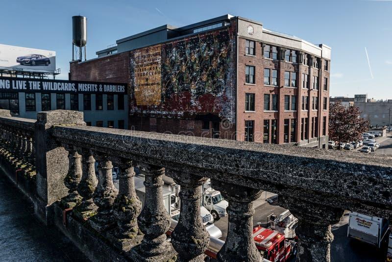 Na Burnside Bridżowych przegapia budynkach w Portland, Oregon Grudzień 2017 obrazy stock