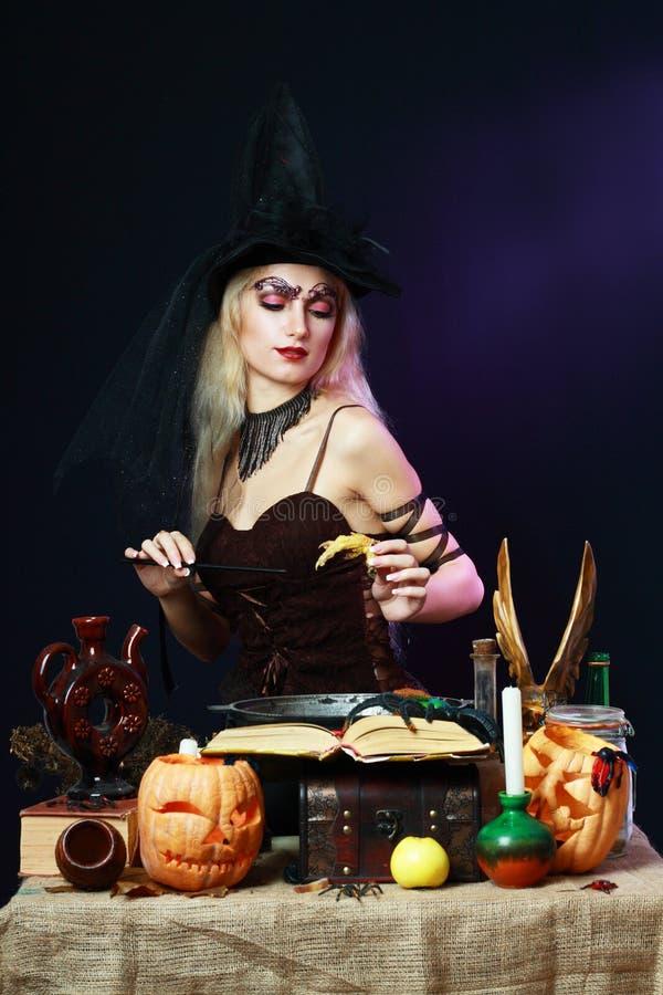 Na ciemnym tle seksowna czarownica zdjęcie royalty free